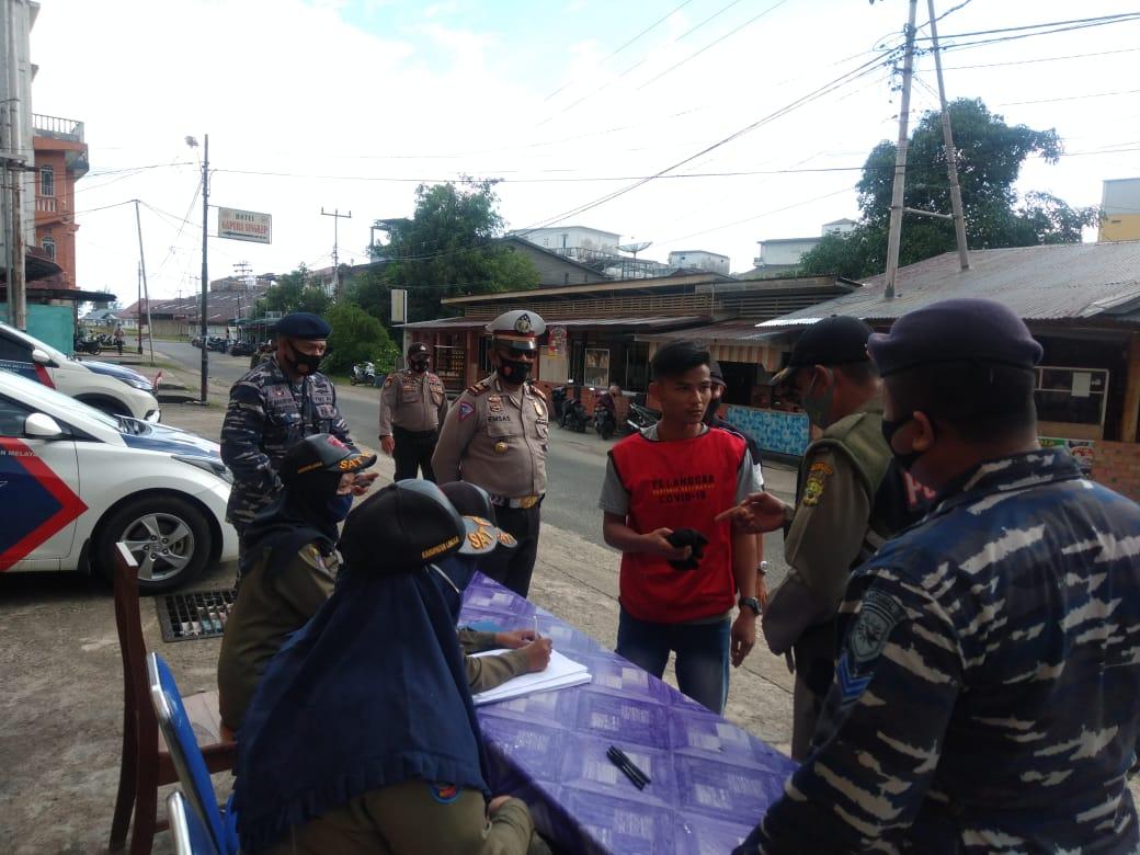 Terapkan Perbup Lingga Nomor 85 Tahun 2020, Polres Lingga, TNI dan Satpol PP Melakukan Operasi Yustisi dan Berikan Masker