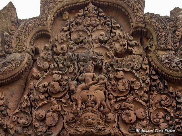 Banteay Srei, Shiva y Uma sobre el toro Nandi- Angkor, Camboya por El Guisante Verde Project