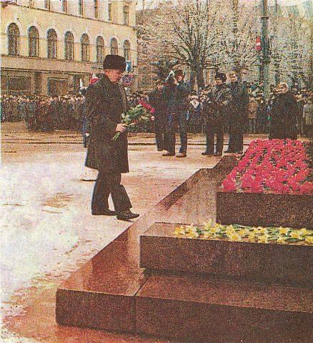 17 февраля 1987 года. Рига. Генсек ЦК КПСС М.С. Горбачев во время визита в Ригу возлагает цветы к подножию памятника В.И. Ленина