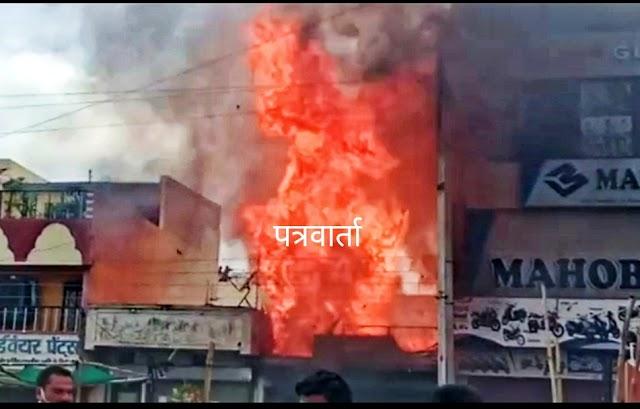 BIG BREAKING पत्रवार्ता : सुपेला लक्ष्मी मार्केट में भीषण आग,गैस सिलेंडर फटने से लगी आग, देखें Live Video