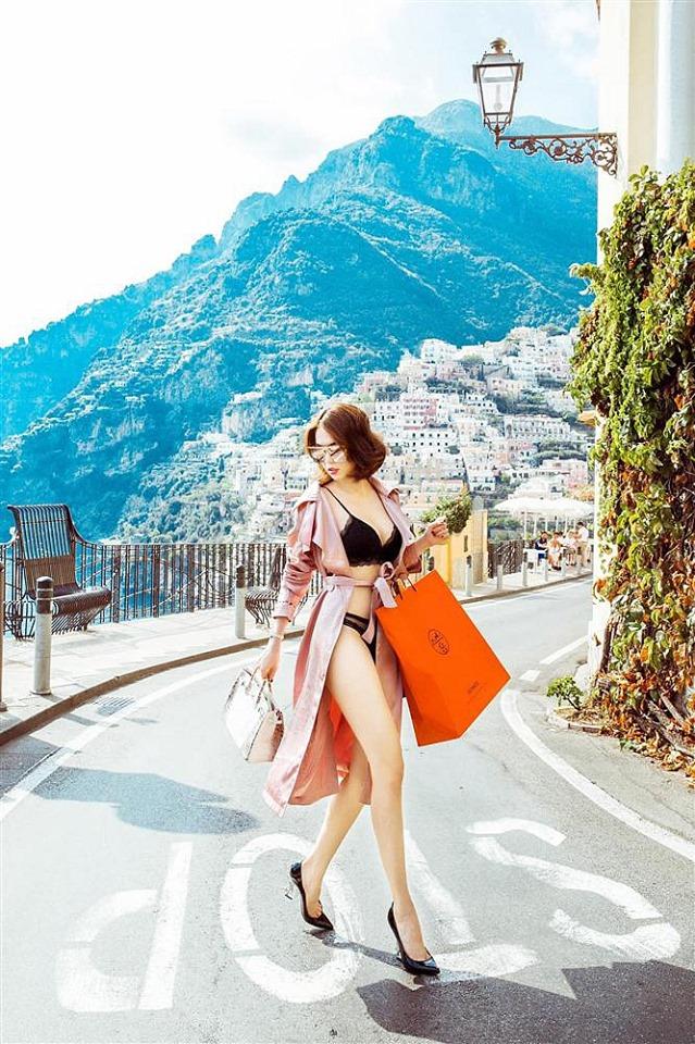 Ngọc Trinh lại mặc nội y, xách túi tiền tỉ đi dạo phố