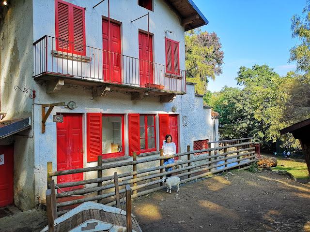 Casa con finestre e persiane rosse, steccato in legno di Villa Pallavicino