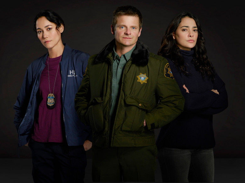 Los tres protagonistas de The Crossing, la serie evento de ABC.
