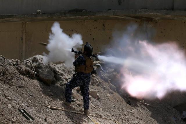 Μέλος της ιρακινής ομοσπονδιακής αστυνομίας βάλλει RPG στη δυτική Μοσούλη