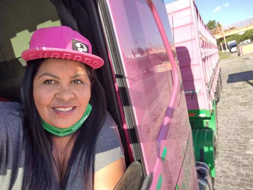 Em determinadas áreas do mercado de trabalho pode até parecer absurdo, nos dias atuais, existirem barreiras para mulheres. Porém, há profissões para as quais os obstáculos permanecem, refletidos em estereótipos, dificuldades e, principalmente, em preconceito. Para as mulheres motoristas de caminhão, por exemplo, combater tais obstáculos é tarefa diária.