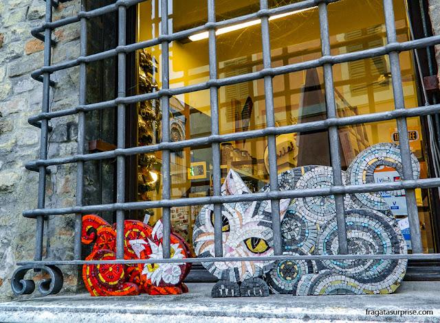 Uma vitrine com mosaicos em Ravena, Itália