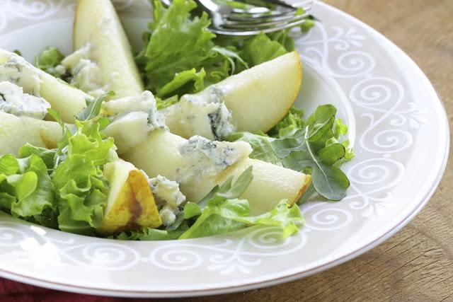Ensalada fresca de nueces, peras y queso azul