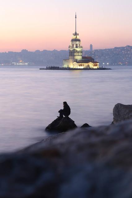 برج الفتاة الشهير في مضيق البوسفور وسط البحر في مدينة إسطنبول التركية
