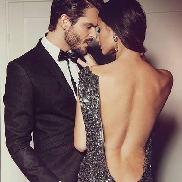 Парень в смокинге и девушка в платье