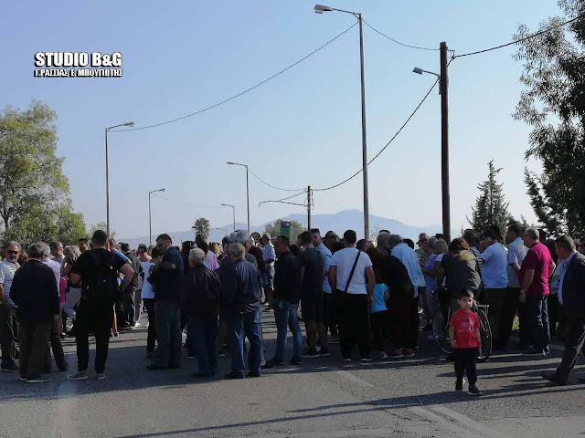 Ξεχείλισε η αγανάκτηση των κατοίκων στη Νέα Κίο για τους Ρομά - Διαμαρτυρία με αποκλεισμό γέφυρας (βίντεο)
