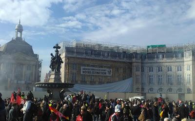 Place de la Bourse le 10 décembre ; Avec banderole XR