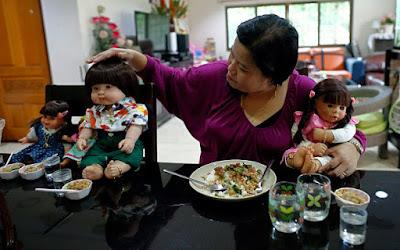 Seorang Ibu Mengajak Boneka ke Restoran - Sekitar Dunia Unik