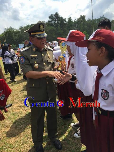 Peringati Hardiknas, Wabup Mesuji Serahkan Piala O2SN - FLS2N