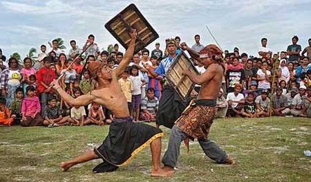 Perang Gebuk Rotan Atau Peresean Seni Ketangkasan Dan Hiburan Di Lombok Www Iphedia Com
