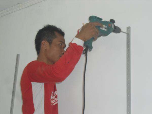 memasang rak dinding