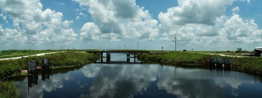 Miami Canal mirando hacia el norte al cruzar a la orilla oeste. Enfrente, otro puente del tren