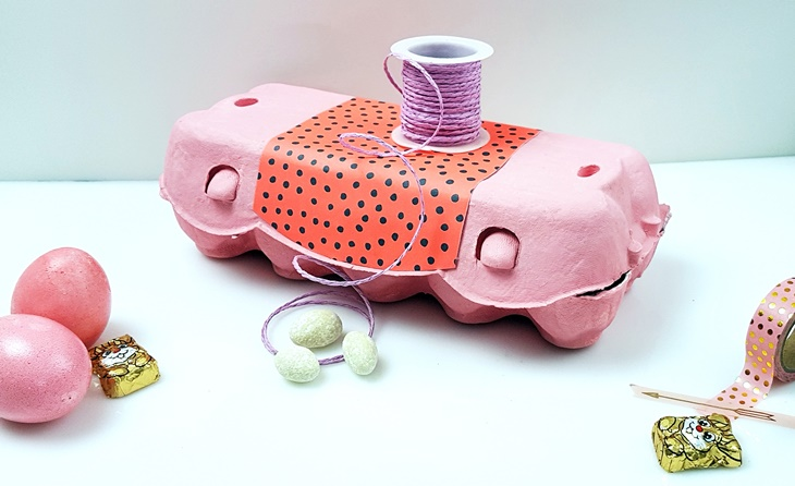 rosa bemalter und beklebter Eierkarton mit rosa Osterdeko