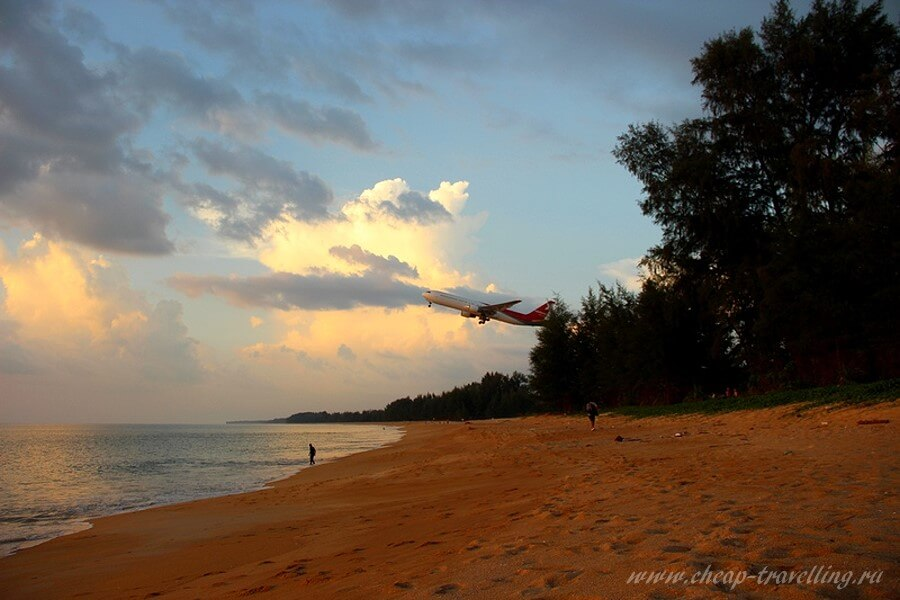 Самолёт взлетает над пляжем