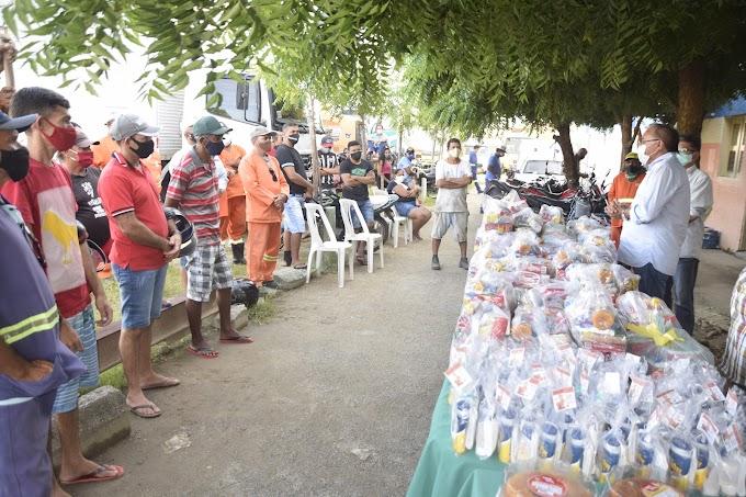 Prefeitura de Cariré e Secretaria de Obras homenageiam os garis, com entrega de cestas básicas e kits de proteção