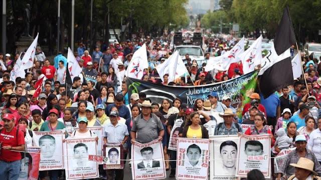 Policía mexicana reprime a padres de 43 desaparecidos de Ayotzinapa