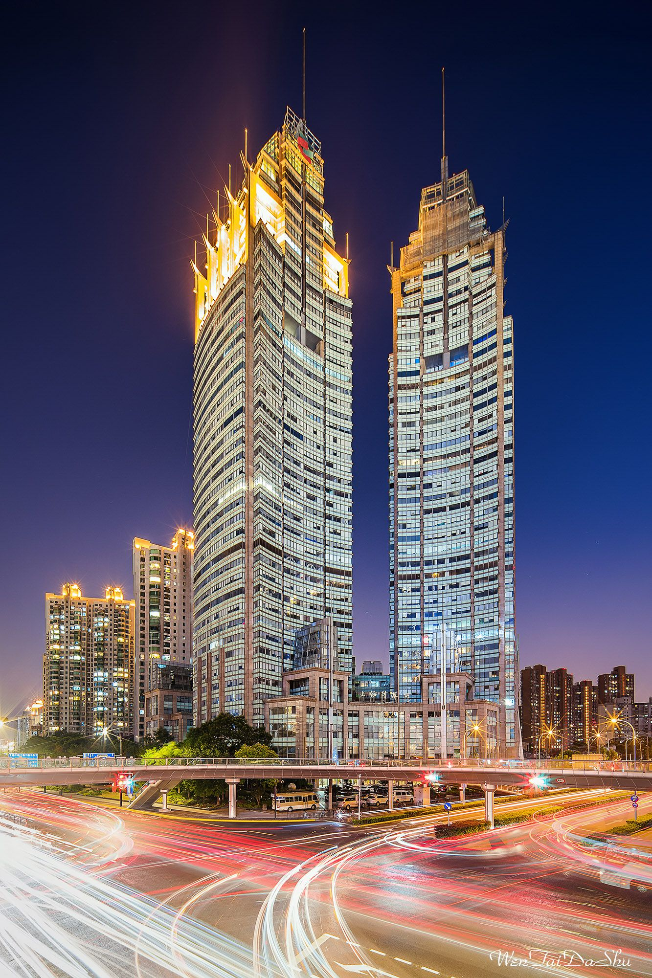 Два небоскреба ночью