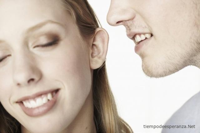 Hombre pretendiendo a una chica