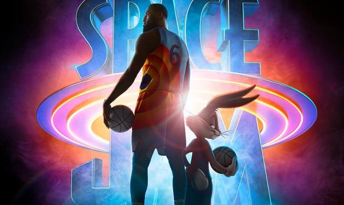 Imagem de capa: fundo preto com o logo de Space Jam, em letras de néon enormes e azuis e na frente o jogador de basquete LeBron James, um homem negro e alto de barba e tatuagem em um uniforme das cores azul e laranja com uma bola de basquete ao lado do Pernalonga, também com o mesmo uniforme e uma bola de basquete.