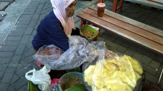 Penjual Pecel Semanggi