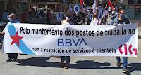 Manifestación dende a oficina do BBVA na rúa Florida cara a oficina da rúa Coruña en Vigo