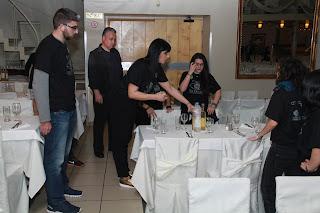 Οι εθελοντές ετοιμάζουν τα τραπέζια πριν το δείπνο
