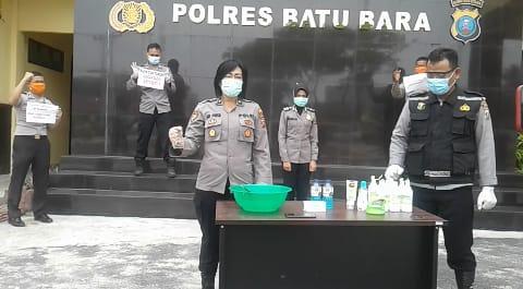 Kabag Sumda Kompol Dr. Sri Pinem, SH, MKN dan Urkes Polres Batu Bara Demokan Pembuatan Hand Sanitizer