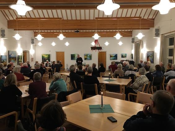 Kaare Norge fortæller til en fyldt sal