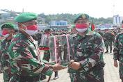 Pelepasan Satgas TNI Pengamanan Perbatasan RI-PNG, Yonif 413 Kostrad Terima Penghargaan Pangdam XVII/Cen
