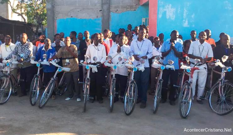 Pastores evangelizan en bicicletas en África