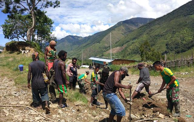 Satgas Pamrahwan Bantu Benahi Drainase Jalan Trans Papua Wamena-Puncak Jaya