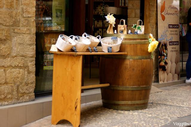 I negozi pittoreschi di Sarlat la Caneda nel suo centro storico