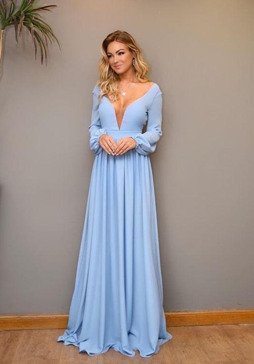 vestido longo azul claro com manga longa