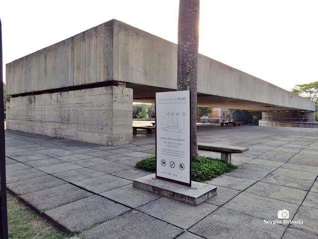 Vista da entrada do Museu Brasileiro da Escultura e Ecologia (MuBE) - Jardim Europa - São Paulo