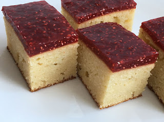 Ciasto na deser z mąki kokosowej polane malinami