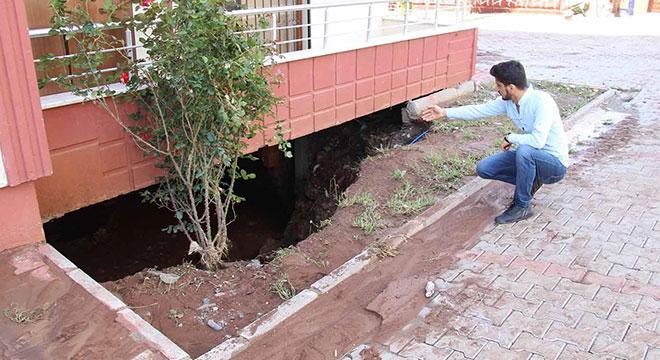 Diyarbakır'da aniden bastıran yağış, apartmanda tahribatlara neden oldu
