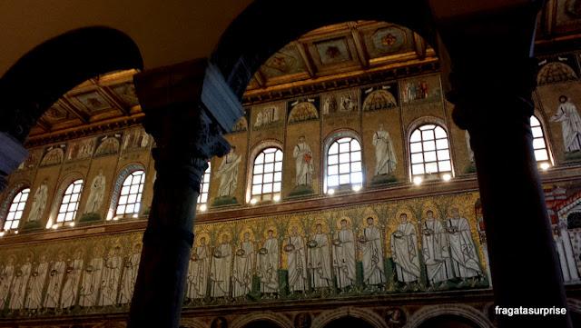 Mosaico bizantino representa santos e mártires na Basílica de Sant'Apollinare Nuovo, em Ravena, Itália