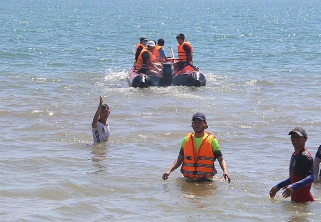 Quảng Ngãi Rủ nhau ra tàu cá chìm chơi 2 anh em bị sóng cuốn trôi