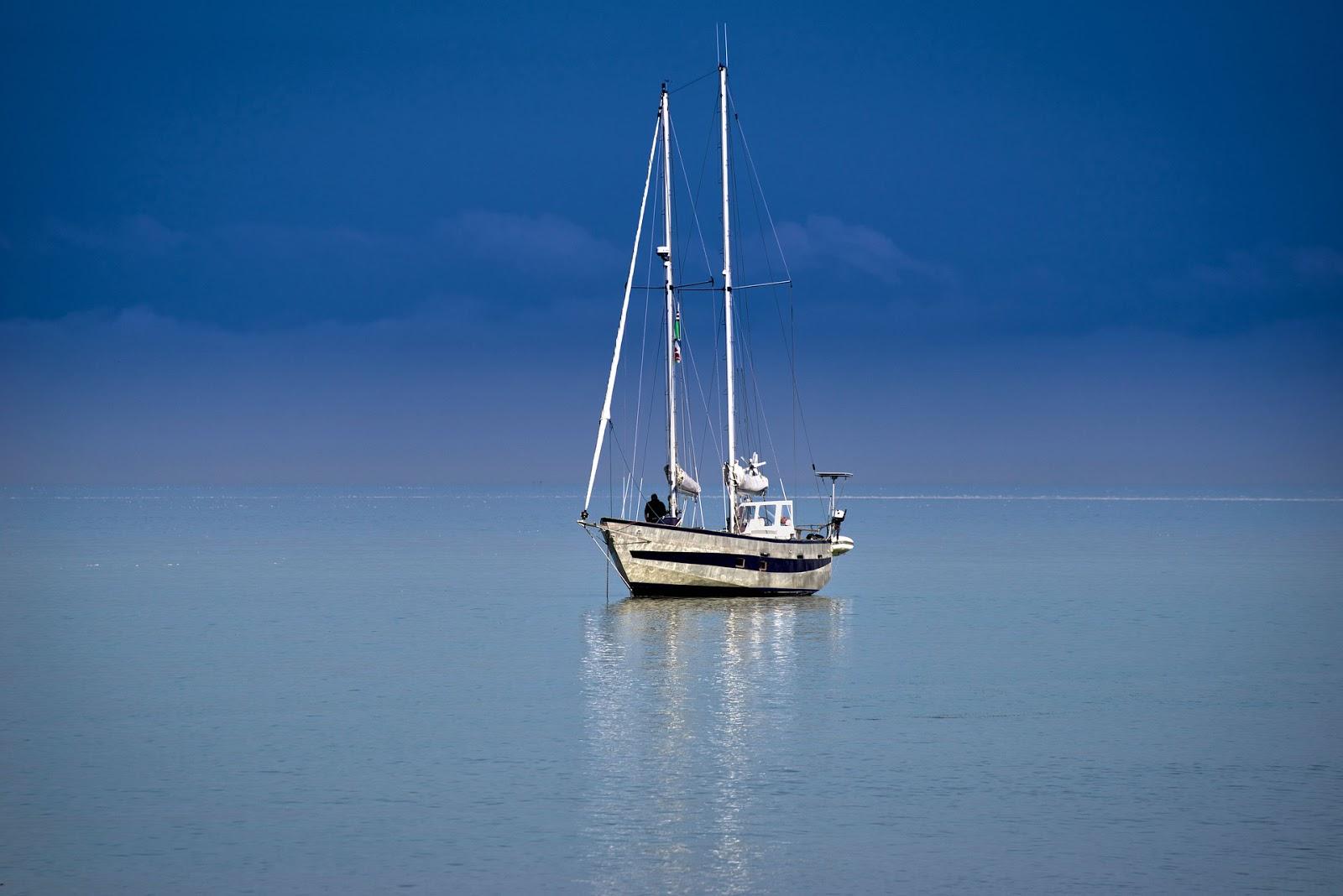 weißes Boot auf blauem Meer