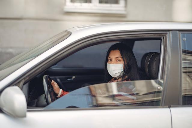 जस्टिस प्रथिबा  एम सिंह ने अकेले निजी वाहन चलाते समय नकाब न पहनने पर चालान लगाने के दिल्ली सरकार के फैसले को चुनौती देने वाली याचिकाओं को खारिज कर दिया।