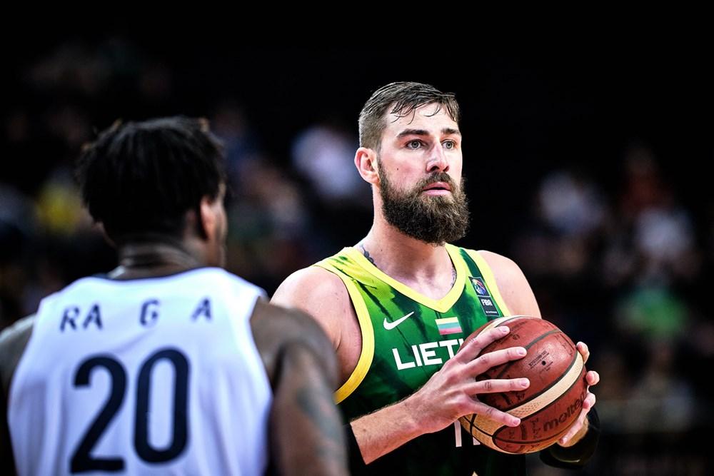 Jonas Valanciunas encara Guna Ra, da Coreia do Sul, no Pré-Olímpico de basquete