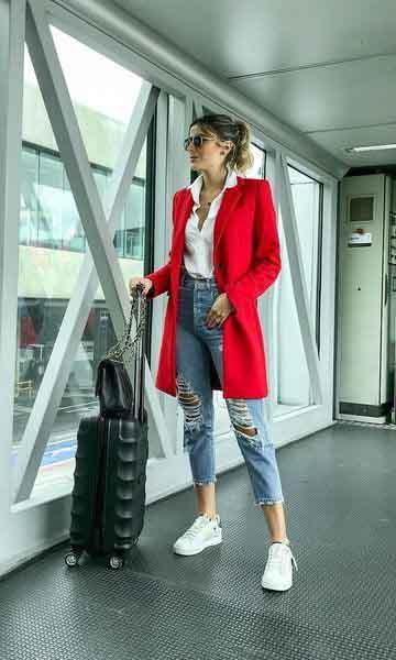Calça jeans, camisa branca, trench coat vermelho e tênis