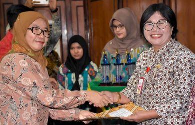 Sekretaris Daerah Provinsi (Sekdaprov) Sumut Sabrina, Jumat (26/10/2018) memberikan Raskin Award.