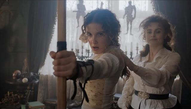 Millie Bobby Brown y Helena Bonham Carter. Imagen de Netflix.
