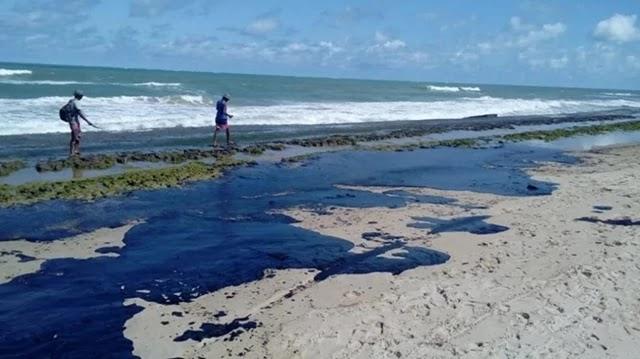 As manchas de óleo que atingem o Nordeste do Brasil desde setembro chegaram às praias