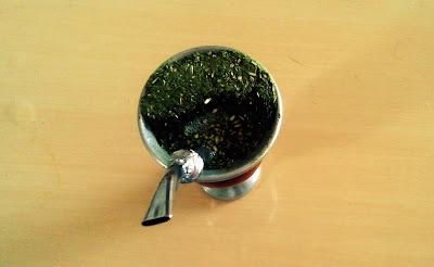 A imagem mostra a cuia de chimarrão uma bebida feita de erva mate tipica dos gaúchos.